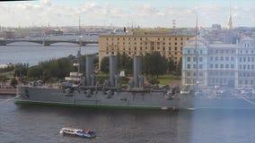 Vista dell'aurora del fiume e dell'incrociatore di Neva L'aurora russa dell'incrociatore resta su Neva in San Pietroburgo Incroci stock footage