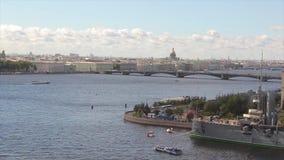 Vista dell'aurora del fiume e dell'incrociatore di Neva L'aurora russa dell'incrociatore resta su Neva in San Pietroburgo Incroci archivi video