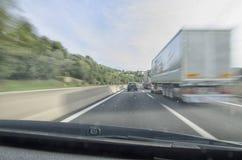 Vista dell'automobile che esegue veloce in autostrada senza pedaggio Fotografia Stock Libera da Diritti