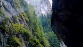 Vista dell'automobile che passa la strada in gola nelle alte montagne video d archivio