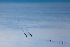 Vista dell'azienda agricola dell'ostrica dopo alta marea in Cancale, Francia Fotografie Stock