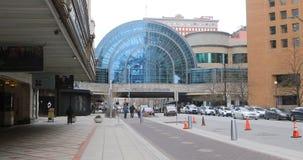 Vista dell'edificio di Artsgarden a Indianapolis, Indiana 4K video d archivio