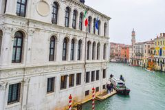 Vista dell'edificio di Fondamenta de la Preson Prison il giorno piovoso su Grand Canal, Venezia, Italia fotografia stock