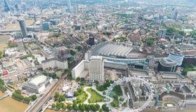 Vista dell'elicottero di Londra con le costruzioni ed il Tamigi fotografia stock