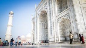 Vista dell'entrata anteriore di Taj Mahal a Agra, India con i turisti nella parte anteriore fotografia stock