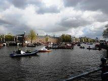 Vista dell'eremo Amsterdam del museo ed accanto lui ponte dello skind del ¼ di Walter SÃ sul fiume di Amstel, Amsterdam, Olanda,  immagine stock libera da diritti
