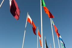 Vista dell'esposizione delle bandiere del mondo da sotto fotografia stock libera da diritti