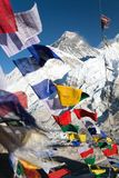 Vista dell'Everest con le bandiere buddisti di preghiera Immagine Stock