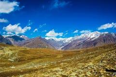 Vista dell'Himalaya al manali, himachal, India pascoli verdi dei cieli blu Fotografia Stock