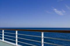 Vista dell'inferriata della piattaforma della nave da crociera Fotografie Stock Libere da Diritti