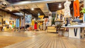 Vista dell'interno di un negozio urbano dei fornitori immagini stock libere da diritti