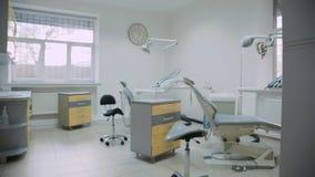 Vista dell'interno moderno del gabinetto dentario con più nuova attrezzatura video d archivio