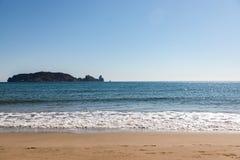 Vista dell'isola dalla spiaggia il giorno soleggiato - isole di Medes fotografia stock