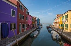 Vista dell'isola di Burano, una piccola isola dentro area di Venezia Venezia, famosa per la fabbricazione di pizzo e le sue case  fotografie stock libere da diritti