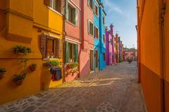 Vista dell'isola di Burano, una piccola isola dentro area di Venezia Venezia, famosa per la fabbricazione di pizzo e le sue case  immagine stock libera da diritti