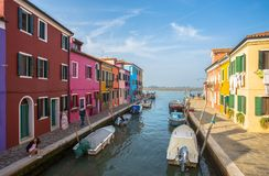 Vista dell'isola di Burano, una piccola isola dentro area di Venezia Venezia, famosa per la fabbricazione di pizzo e le sue case  immagini stock libere da diritti