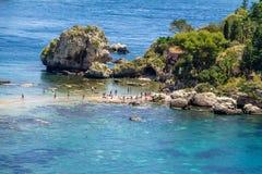 Vista dell'isola di Isola Bella e della spiaggia - Taormina, Sicilia, Italia Immagine Stock