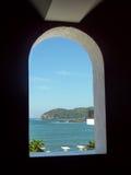 Vista dell'isola di Ixtapa attraverso la finestra fotografia stock