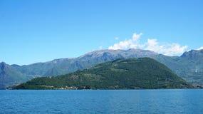 Vista dell'isola di Monte Isola dal traghetto sul lago Iseo, Lombardia, Italia immagine stock libera da diritti