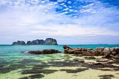 Vista dell'isola di Phi Phi Ley dalla spiaggia Immagine Stock