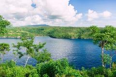 Vista dell'isola e dell'oceano blu profondo Fotografia Stock