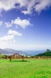 Vista dell'isola e dell'oceano da un banco Fotografia Stock Libera da Diritti
