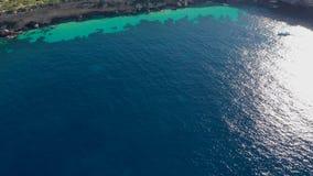 Vista dell'isola Illa de Tagomago da una vista di occhio dell'uccello Ibiza e le Isole Baleari nel mar Mediterraneo stock footage
