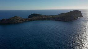 Vista dell'isola Illa de Tagomago da una vista di occhio dell'uccello Ibiza e le Isole Baleari nel mar Mediterraneo video d archivio