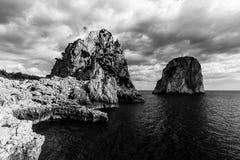 Vista dell'isola Italia di Capri con Faraglioni immagini stock libere da diritti