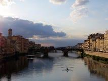 Vista dell'Italia, Toscana, Firenze, fiume di Arno immagini stock libere da diritti