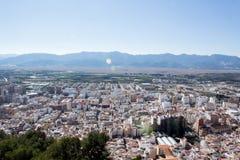 Vista dell'occhio del ` s dell'uccello della città con le montagne fotografia stock