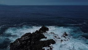 Vista dell'occhio del ` s dell'uccello della spuma dell'oceano sulla costa delle scogliere dell'isola di San Miguel, Azzorre stock footage