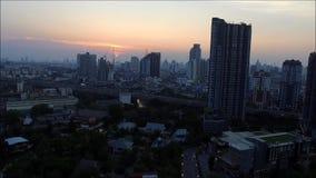 Vista dell'occhio del ` s dell'uccello del ` s di Bangkok urbano a penombra in fuco, Bangkok stock footage