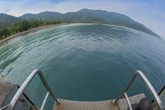 Vista dell'occhio di pesce sulla spiaggia e sull'oceano tropicali Fotografie Stock Libere da Diritti