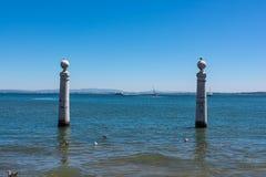 Vista dell'oceano dalla riva del quadrato di Comercio a Lisbona Portogallo L Fotografia Stock Libera da Diritti