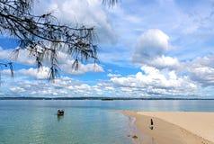 Vista dell'Oceano Indiano Crogiolo tradizionale di dhow sul nea dell'acqua fotografia stock