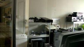 Vista dell'officina di riparazione di attrezzatura elettronica stock footage