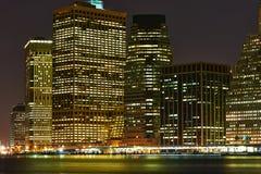 Vista dell'orizzonte del Lower Manhattan alla notte da Brooklyn immagine stock