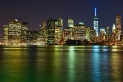 Vista dell'orizzonte del Lower Manhattan alla notte da Brooklyn fotografia stock libera da diritti