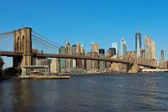 Vista dell'orizzonte del Lower Manhattan e del ponte di Brooklyn fotografie stock libere da diritti