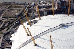 Vista dell'orizzonte dell'arena e dei docklands dell'O2 di Londra da sopra Fotografia Stock Libera da Diritti