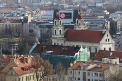 Vista dell'orizzonte della chiesa del oldtown dei tetti a Vilnius Lituania Immagini Stock Libere da Diritti