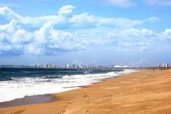 Vista dell'orizzonte della città di Durban e della priorità alta della spiaggia Immagini Stock