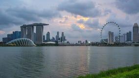 Vista dell'orizzonte della città di Singapore a partire dal giorno di Marina Barrage all'intervallo di notte nella città di Singa archivi video