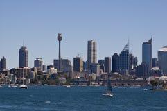 Vista dell'orizzonte della città di Sydney dal porto Fotografia Stock