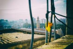 Vista dell'orizzonte della metropoli da una finestra dacayed Immagine Stock