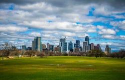 Vista 2016 dell'orizzonte della primavera di Austin Texas Dramatic Patchy Clouds Early del parco di Zilker Immagini Stock Libere da Diritti