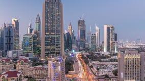 Vista dell'orizzonte delle costruzioni di Sheikh Zayed Road e del giorno di DIFC al timelapse di notte nel Dubai, UAE archivi video
