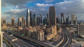 Vista dell'orizzonte delle costruzioni di Sheikh Zayed Road e del timelapse di DIFC nel Dubai, UAE archivi video