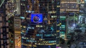 Vista dell'orizzonte delle costruzioni di Sheikh Zayed Road e del timelapse di notte di DIFC nel Dubai, UAE stock footage